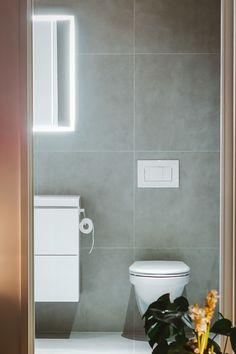 Valopeili ja valkoinen wc-kalustus - Unique Home Toilet, Bathroom, Home, Unique, Washroom, Flush Toilet, Full Bath, Ad Home, Toilets