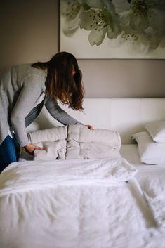 Die ergonomische Form des Nackenstützkissens sorgt für eine gerade Wirbelsäule und eine orthopädisch korrekte Schlafposition. Dadurch gehören Nackenschmerzen und Verspannungen der Vergangenheit an. #servusmarktplatz #madeinaustria #gutschalfen #rückenschläfer #nackenstützkissen Form, Bed, Neck Pain, Bed Covers, Past, Stream Bed, Beds, Bedding