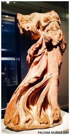 Estatua de mármol. Niké alada con las ropas agitadas por el viento. C. 100 AC. Procedente de Halicarnaso, actual Bodrum, Turkía. Statue of marble. Nike-winged with wind-blown clothes. C. 100 AC. Coming from Halicarnassus, present-day Bodrum, Turkey.