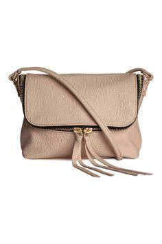 10€ Petit sac bandoulière en imitation cuir grené avec fine bandoulière et fermeture à glissière sur le rabat. Une poche intérieure zippée. Doublé. Dimensions 12x20 cm.