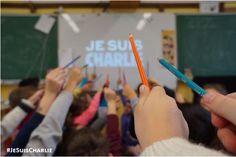 Partout en France, de nombreuses classes ont rendu hommage aux victimes de l'attentat du 7 janvier 2015 à leur manière, à travers des initiatives relayées sur les réseaux sociaux.