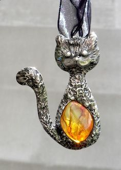 Jantarová+kočka+Originální,+autorský+ručně+tvořený,+pájený+šperk.+Náhrdelník+ve+tvaru+kočičky+jsem+vyrobila +drátu,+cínu+a+jantaru+Celkový+rozměr+5,5+x+4+cm,+Zavěšena+je+na+černé+širší+stuze+Patinováno+měděnou+patinou,+leštěno,+povrchově+ošetřeno.+Dárková+krabička+ke+šperku+samozřejmostí+:-)+Jantar+je+plný+slunečního+svitu,+má+velkou+očistnou... Cat Decor, Cat Jewelry, Tiffany, Cats
