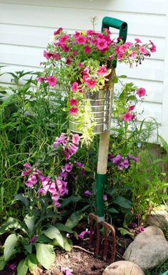 Garden fork with container. Height in the garden. The Best 30 DIY Vintage Garden Project You Need To Try This Spring Planters Planters diy Planters pots Planters raised Planters vegetable Garden Crafts, Garden Projects, Garden Art, Garden Design, Diy Projects, Garden Tools, Vintage Gardening, Vintage Garden Decor, Unique Gardens