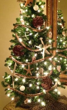 10 ways to use rope for Christmas. Like rope garland around Christmas tree
