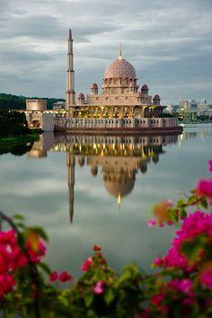 Masjid in Malaysia Islamic Images, Islamic Pictures, Islamic Art, Putrajaya, Beautiful Mosques, Beautiful Places, Beautiful Pictures, Mosque Architecture, Gothic Architecture