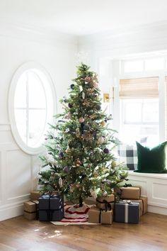 Burlap Christmas Tree, Flocked Christmas Trees, Real Christmas Tree, Christmas Tree Themes, Christmas Mood, Rustic Christmas, Christmas Tree Presents, Cottage Christmas, Christmas Things