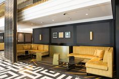The lobby shows an inlayed Axminster carpet which fits to the seating ensemble.
