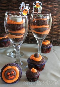 Trick or Treat Cupcake Parfaits: So quick and easy to make! Get the recipe here: http://pandorasdeals.com/halloween-cupcake-parfaits-palmer-candy/ #Halloween