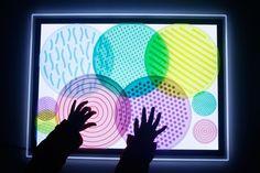 Mesa de luz: qué es y cómo usarla + Imprimibles - Mumuchu Reggio Emilia, Sensory Activities, Light Table, Kids Playing, Cool Kids, Art For Kids, Origami, Frame, Lightbox
