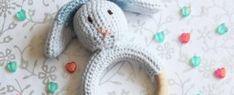 Gratis Haakpatroon Konijn Rammelaar voor Beginners Diy Baby Gifts, Cool Baby Stuff, Dinosaur Stuffed Animal, Crafts For Kids, Homemade, Toys, Crochet, Fun, Crocheting