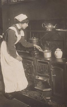 vintage everyday: 40 Vintage Portrait Pictures of House Maids in the Edwardian Era Victorian Maid, Victorian Life, Edwardian Era, Edwardian Fashion, Old Pictures, Old Photos, House Maid, Portrait Pictures, Women In History