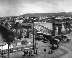 Picture of / about 'Brisbane' Queensland - Cars, trams and horsedrawn carriages travelling on the second permanent Victoria Bridge, Brisbane, 1926 Aussie Australia, South Australia, Brisbane Queensland, Dutch East Indies, Melbourne Victoria, Australian Models, Old Photos, Vintage Photos, The Good Old Days