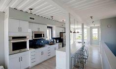 As formas do contêiner no teto dão um charme a mais ao interior da cozinha…