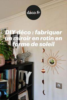 Pour égayer vos murs, pour habiller un papier peint ou encore pour ajouter de la luminosité, le miroir en rotin est devenu un accessoire indémodable pour votre décoration ! Justement, on vous propose de découvrir un tuto déco vous permettant de fabriquer un magnifique miroir soleil avec quelques tiges de rotin. Un DIY facile à reproduire pour améliorer votre décoration ! Ajouter, Decoration, Origami, Gallery Wall, Frame, Home Decor, Sun Mirror, Stems, Walls
