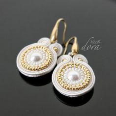 kolczyki sutasz / soutache earrings - www.doramaar.pl Soutache Bracelet, Soutache Pendant, Soutache Jewelry, Boho Jewelry, Bridal Jewelry, Jewelry Crafts, Beaded Jewelry, Handmade Jewelry, Jewelry Design