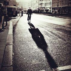 Deze foto laat lange schaduw zien. De schaduw is langer dan het voorwerp zelf. Ook laat de foto slagschaduw zien. Want deze persoon werpt een schaduw op de grond.