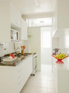 Essencialmente branco. Veja: http://casadevalentina.com.br/projetos/detalhes/essencialmente-branco-571 #decor #decoracao #details #detalhe #design #ideia #charme #charm #white #branco #classic #classico #wood #madeira #casadevalentina #kitchen #cozinha
