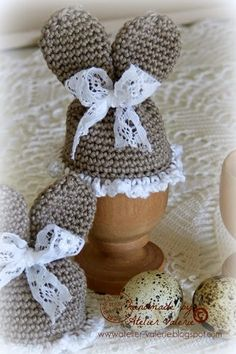 Charmante Eiermutsjes / Charming egg mice, crocheted egg warmers