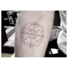 Este tatuaje con diseño de brújula es perfecto para un Virgo: necesitamos orden, organización y perfección…   17 tatuajes elegantes y poderosos para Virgos
