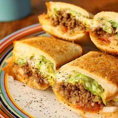 これはうまい❗️ ハナたなさんがバウレシピNo.1だとおっしゃるのもうなずける。 頬張った瞬間、にやけてしまった。 早起きして作った甲斐がありましたー。  ハナたなさん、つくフォト連チャンごめんなさいね  バウラーのみなさま、これはぜひ作って食べてみてほしいです - 396件のもぐもぐ - ハナたなさんの料理 バウルーでタコス風ホットサンド♪その名もバウベルw by Hajime