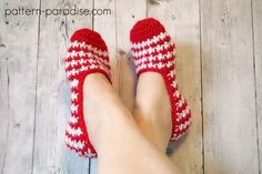 62 Crochet slippers with free crochet patterns to visit and pick up the favorite designs to work up your crochet hooks on and let your feet be warm and happy this winter! All the crochet slippers pattern is come up with step by step tutorial. Easy Crochet Slippers, Crochet Slipper Boots, Crochet Slipper Pattern, Cute Slippers, Crochet Gloves, Slipper Socks, Crochet Patterns, Ladies Slippers, Crochet Purses