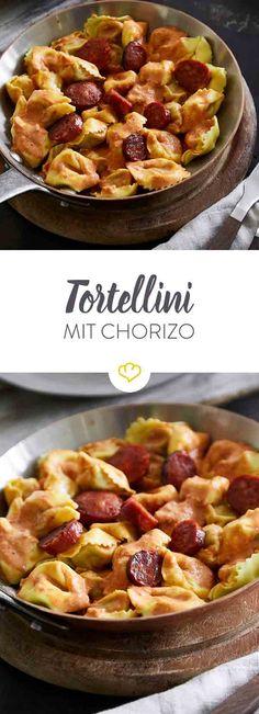 Tortellini mit würziger Chorizo. Dieses Rezept hast du in 25 Minuten auf dem Teller - und beim Zubereiten kannst du schon mal ein Stück Chorizo futtern.