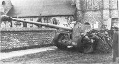 Снимок, хорошо демонстрирующий, сколько усилий нужно затратить для перекатывания вручную 88-мм противотанкового орудия Pak 43/41.