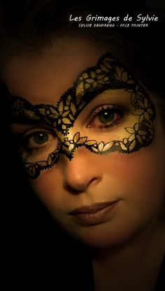 Mask black and gold lacy