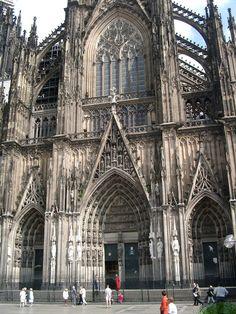 Catedral de Colonia , ubicada en Alemania se comenzó a construirse en 1248 y no se terminó hasta 1880. Es una de las obras arquitectónicas alemanas más representativas del arte gótico