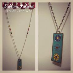 Collar Primavera  Materiales: Dije de aluminio, cuentas de colores, cadena metálica  Valor: $12.000