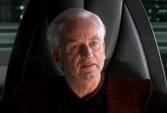 Palpatine, Seigneur Sith sous le nom de Dark Sidious, dirigea la République Galactique en tant que Chancelier, avant de devenir Empereur avec l'appui d'Anakin Skywalker, qui devint son disciple sous le nom de Dark Vador