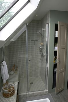 salle d'eau mansardée Attic Renovation, Attic Bathroom, Attic Ideas, Skylight, Plumbing, Ceiling Ideas, Attic Remodel, Dormer House, Loft Bathroom