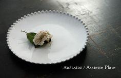 Astier de Villatte アデライド/平皿(大)\11,970 届きそうで届かないもの。 ホールケーキを飾るお皿にしたい。 ワルターグラスのポイントプレートやミルクガラスのもあるけれど,このマットな陰影のある白が,ケーキに雰囲気をまとわせてくれると思うから。 類似品ではない,本物がほしい。