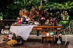 Mesa de bolo e doces by Isabelle Lopes e Christian Hilton ( Soundlight eventos)