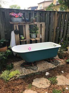Outdoor Clawfoot Tub with Pallet Shelf - Washington DC Outdoor Pool Shower, Outdoor Bathtub, Outdoor Bathrooms, Outdoor Rooms, Outdoor Gardens, Outdoor Living, Garden Bathroom, Garden Bathtub, Backyard Fort