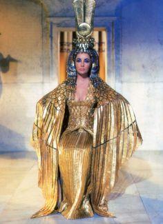 """Stroje do filmu """"Kleopatra"""" zaprojektowane przez Irene Sharaff  kosztowały 130.000 $. Na tym zdjęciu Elizabeth Taylor w sukni z 24 karatowego złota #elizabethtaylor #goldgown #cleopatra"""