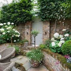 Small courtyard garden with seating area design and layout 23