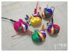 :: 복주머니 핸드폰줄 :: 복주머니 라고 일반적으로 불리는 이 주머니는 '두루주머니'라고 합니다. 두루두... Diy Bags Patterns, Diy And Crafts, Arts And Crafts, Burlap Bags, Korean Art, Textiles, 3d Artwork, Hippie Chic, Handmade Bags