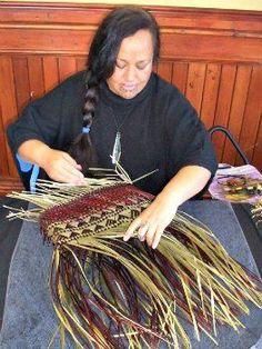 Flax weaving demonstration at Rotorua Museum Flax Weaving, Basket Weaving, Hand Weaving, Pine Needle Crafts, New Zealand Flax, Flax Flowers, Maori People, Soap Making Recipes, Maori Designs