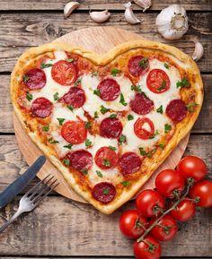Faça uma pizza de coração para um jantar romântico; receita