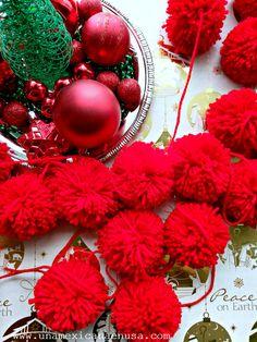 Una Mexicana en USA: Guirnalda Navideña hecha con pompones de estambre All Things Christmas, Diy Christmas, Christmas Wreaths, Ornament Wreath, Ornaments, Navidad Diy, Xmas Ideas, Holiday Decor, Pom Poms