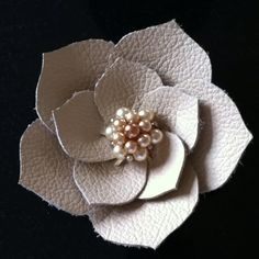 Sue - pic for inspiration - Leather flower corsage Lin Leather Carving, Leather Art, Leather Tooling, Leather Jewelry, Red Leather, Diy Leather Flowers, Leather Accessories, Hair Accessories, Jewelry Crafts