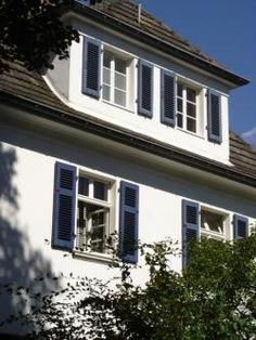 Fensterläden und Zierläden aus Kunststoff und Holz