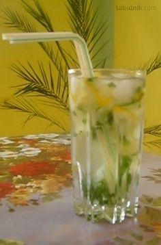 """Mátová citronáda bez alkoholu (""""Mojito"""" pro řidiče i děti) recept - Labužník.cz Alcohol, Beverages, Drinks, Mojito, Glass Of Milk, Smoothies, Glass Vase, Juice, Food And Drink"""