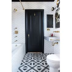 Black & white done absolutely right. Fully tiled walls ✔️ Black painted ceiling ✔️ Patterned floor ✔️ Stunning Hardware. ✔️ Design by @katiemartinezdesign