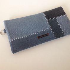 Pencil case | Make-up bag | Clutch made of recycled Jeans. #GoodsToRemember Diy Pencil Case, Kids Corner, Clutch, Zipper Bags, Denim Jeans, Wallet, Purses, Sewing, Diy Bags