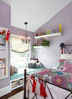 Kinderzimmer mit Dachschräge-Fensterbank mit blauem Polster