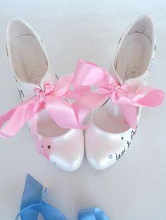 Sobre su orden de etsy, vas a recibir un correo electrónico de shopier incluyendo el enlace de pago. Aceptamos pagos con tarjeta de tarjeta de crédito y débito desde este enlace a través de la aplicación de ETSY de SHOPIER.  Te espera pintar sus retratos y diseñar zapatos especialmente personalizados para sus bodas, compromisos, aniversarios o cualquier otro evento especial.  Listado estilo de zapatos: tacones 10cm(4) y plataformas de 1.5cm(1/2), con cintas de raso rosa, de Marfil.  Estos…
