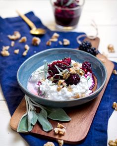 Hüttenkäse mit Walnuss-Brombeer-Kompott In our variant, the cottage cheese is an autumn breakfast. Quinoa Recipes Easy, Fall Recipes, Holiday Recipes, Protein Desserts, Fall Breakfast, Christmas Breakfast, Holiday Appetizers, Christmas Desserts, Salat Al Fajr