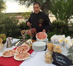 Carlos Perez Muñoz un cortador de jamón para hacer las delicias de tus invitados de boda. #innovias Portal, Beverages, Table Decorations, Wedding, Ideas, Food, Home Decor, Wedding Catering, Cold Cuts